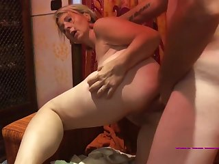 Mi faccio sfondare la gola e il culo da mio marito