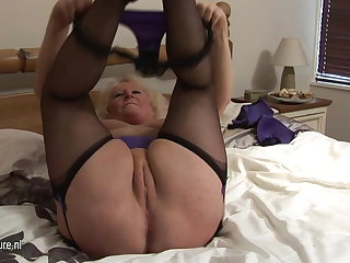 Heavy granny squirting on her bed